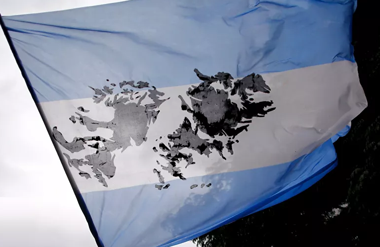 bandera argentina con las Malvinas en el medio