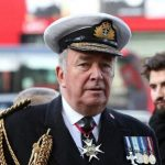 """La Reina Isabel II y su esposo Felipe conocieron al portaaviones """"Invincible"""" cuando regresó de Malvinas"""